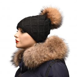 Pletená čiapka s kožušinovým  brmbolcom z mývala , pravá kožušina